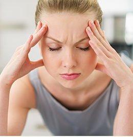Kopfschmerzen und Verspannungen bei einer Frau