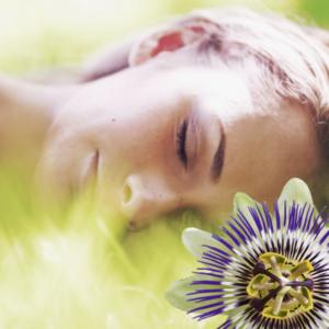 Schlafende Frau mit Passionsblume
